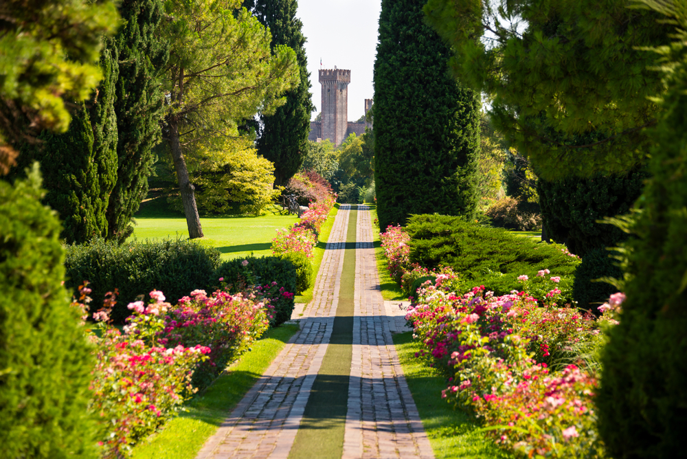 The roses boulevard is one of the most iconic locations within Parco Giardino Sigúrta.